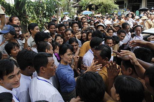 aung_san_suu_kyi_greeting_supporters
